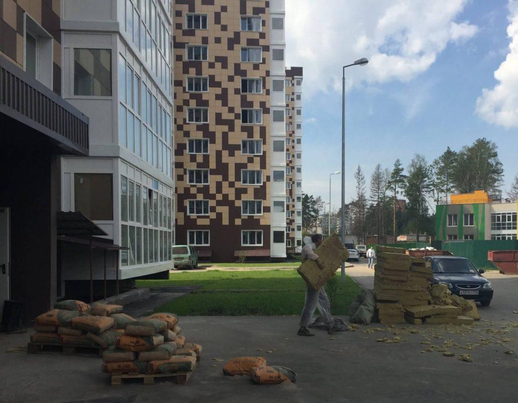 Разнорабочие на строительном объекте
